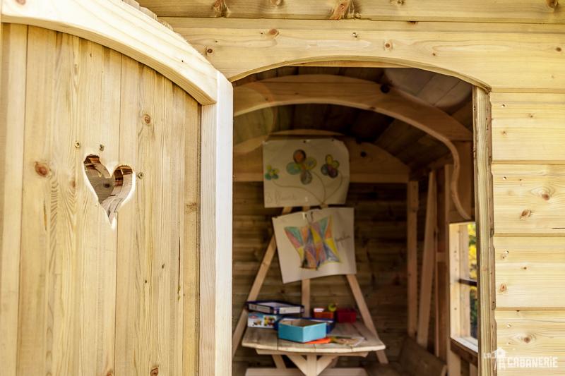 Vue de l'intérieur de la roulotte en bois espace de jeux pour enfants