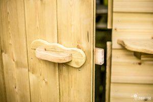 Détail de la pporte de la roulotte en bois